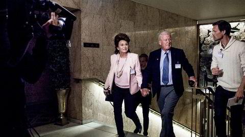 Carl I. Hagen (Frp) vil inn i Nobelkomiteen og får støtte fra partiet. Her ankommer Eli Hagen og Carl I. Hagen Frps valgvake på Grand Hotel tidligere i år.