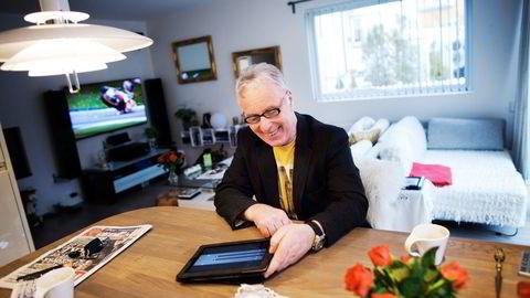 – Vi har full kontroll på alt av lys og varme, sier Audun Helland, som bor i smarthus i Stavanger. Foto: Tomas Alf Larsen