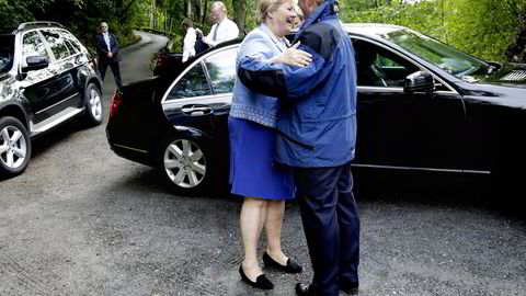ÅPNET. Statsminister Erna Solberg og ektemannen Sindre ble møtt av Christen Sveaas. Solberg åpnet 125-årsjubileet til Kistefos Træsliberi fredag kveld. Alle foto: Klaudia Lech
