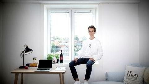 Joachim Helstrøm Olsen (21) fikk hjelp av foreldrene sine til å kjøpe en leilighet han kan bo imens han studerer til lektor i Kristiansand.