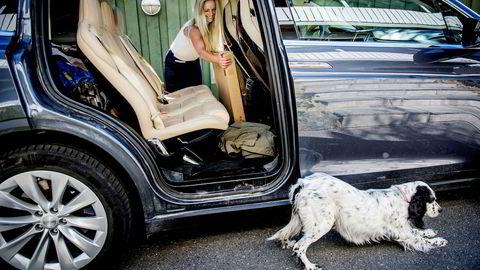 Bileier Lise Sundem kjøpte en Tesla Model X for vel ett år siden, og har så langt ikke merket prishopp på forsikringen. Hun stusser over at alle elbileiere må forberede seg på prishopp.