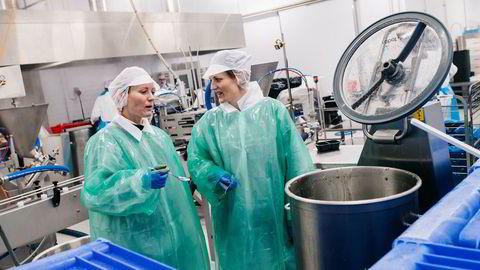 Gründerne Elisabeth I. Rye-Florentz og Jannike Isachsen i Mere Mat smaker på currypasten. – Og den er sterk, sier Jannike Isachsen til høyre.