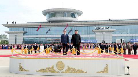 Sør-Koreas president Moon Jae-in og Nord-Koreas leder Kim Jong Un har stilt seg opp under en velkomstseremoni på Pyongyang Sunan internasjonale flyplass i Pyongyang.