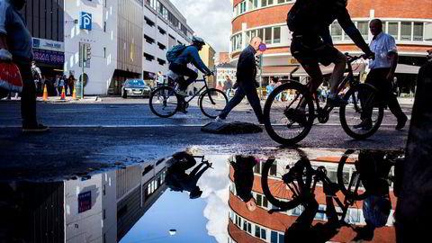 Oslo, Norge, 27.08.2015 Bilde av folks som går, sykkel , Oslo sentrum. Oslo sentrum - illustrasjon - bygg - bygninger - mennesker - Foto: Javad Parsa ---