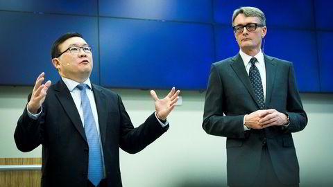 John Chiang (til venstre), sjef i Oceanwood og konsernsjef Øyvind Eriksen i Aker under pressekonferansen etter at det ble kjent at Aker kjøper Norske Skogs fabrikker.