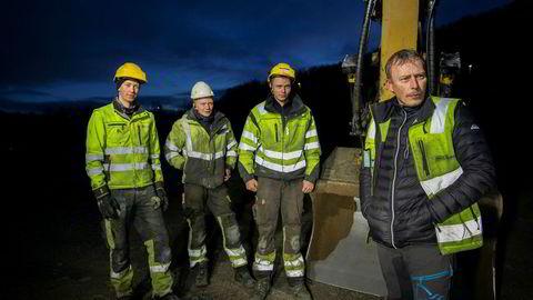 Daglig leder Arvid Thomassen i Arvid Thomassen Graveservice as (til høyre) er årets gasellevinner i Finnmark. Her har han satt sønnene Kenneth Thomassen (19) (fra venstre), Svein Arvid Thomassen (23) og Hans Thomassen (21) i sving med å lage ny rasteplass langs E6 i Kåfjorden, Finnmark.