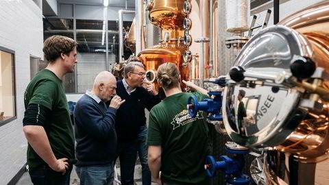 Berentsens Bryggeri i Egersund satser opp mot 30 millioner kroner på produksjon av whisky. Fra v. Ben Murphy, Frank McHardy, Harald Berentsen og Fred Berentsen. Det smakes og luktes på spriten som kommer ut av det nye destilleriet.