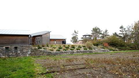 Hanne Madsen er tiltalt for ulovlige inngrep og ulovlig bygging på denne eiendommen på Hesnes utenfor Grimstad. Torsdag var retten på befaring.