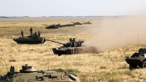 De ukrainske tanksene står klare til kamp ved grenseområdene ved Krimhalvøya. Foto: Aleksandr Shulman, AP/NTB Scanpix