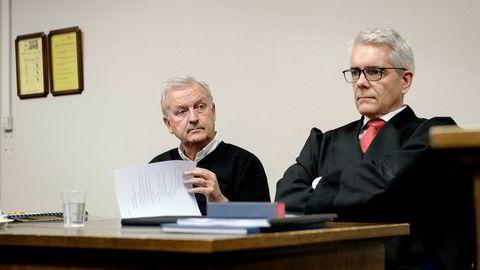Hallvard Flatland møtte Gaming Innovation Group i Bergen tingrett. Til høyre advokat Christian Stang Våland.