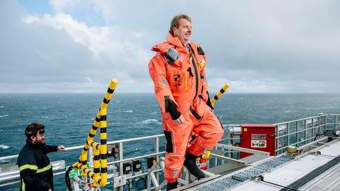 Olje- og energiminister Terje Søviknes (Frp) lyser ut rekordmange oljeblokker i Barentshavet. Her er han på oljeriggen Songa Enabler på Snøhvit-feltet nord for Hammerfest.