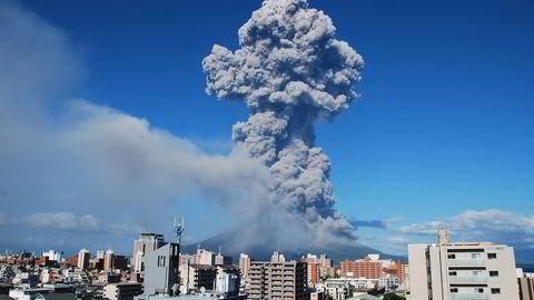 Vulkanaske strømmer ut av i Sakurajima-vulkanen i 2013. Foto: AFP/Japans meteorologiske institutt/NTB SCANPIX.