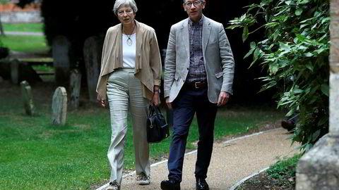 Storbritannias statsminister Theresa May og ektemannen Philip på kirkebesøk søndag i Sonning i Berkshire, der paret har et hus og bodde før de flyttet til London og Downing Street 10.