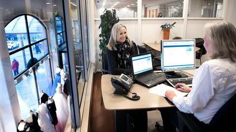 Nina Andreassen var innom rådgiver Bitten H. Haugerud (med ryggen til) i Danske Bank for å tegne treårig fastrente fredag. Rentene har falt kraftig den siste uken. Foto: Per Ståle Bugjerde