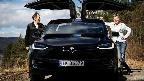 Audun Birkeland og Tone Ophus eier en Tesla X og nyter godt av det gunstige elbilregimet i Norge.