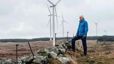 Styreleder i Den Norske Turistforening Per Hanasand er bekymret for at vindkraftutbygging spiser for mye av urørt natur. Her er han på Høg-Jæren energipark, som startet i 2011 med 32 turbiner, som er vesentlig mindre enn dagens standardturbiner.