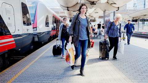 Christine Kavli (45) og datteren Elizabeth Kavli Kvisvik (11) vel fremme på Oslo S etter å ha reist fra Åndalsnes. Hun og datteren skal ta buss videre til Halmstad i Sverige.