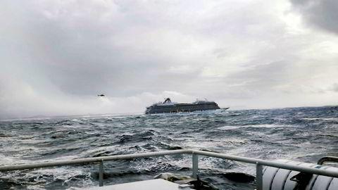 Cruiseskipet Viking Sky kjempet mot naturkreftene ved Hustadvika i Møre og Romsdal lørdag.