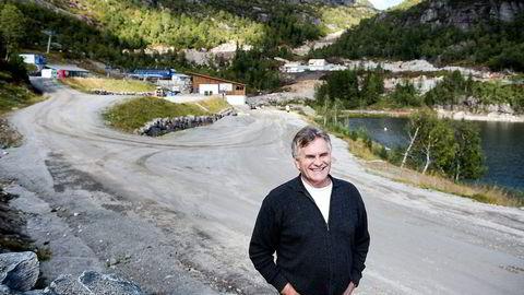 Ole Johan Tjørhom og seks andre grunneiere er i ferd med å opparbeide veier og infrastruktur til nytt hyttefelt (i bakgrunnen) i Sirdal. Foto: Carina Johansen