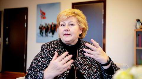Statsminister Erna Solberg kjempet seg opp i politikken som småbarnsmor og svarer på kritikken rundt de nye foreldrepermisjonsreglene.