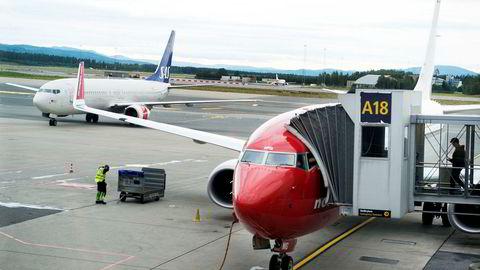Norwegian setter opp flere fly søndag, mens SAS-maskinene står parkert.