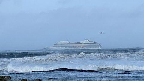 Cruiseskipet Viking Sky har sendt ut mayday-melding, og det driver mot land, opplyser Hovedredningssentralen. Redningssentralen har sendt flere helikoptre og fartøy mot stedet.