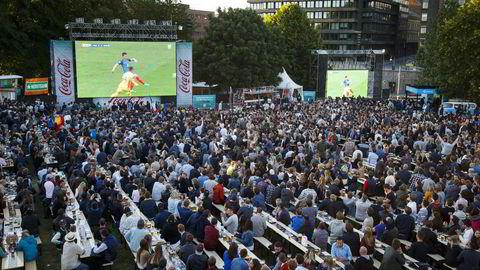 Tusener følger fotball-EM fra tv-skjermene på Kontraskjæret i Oslo. Her sendes åpningskampen mellom Frankrike og Romania fredag. Foto: Heiko Junge/