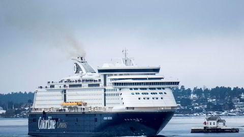 Kiel-fergen Color Fantasy passerer Dyna fyr på vei inn Oslofjorden.