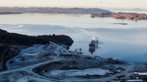 Ved Tau i Ryfylke – en kort fergetur fra Stavanger – ligger ett av stein- og pukkanleggene til Norstone, en del av Heidelbergcement, som fortsatt eier flere av pukkanleggene. Norstone er mottager av flere titall millioner kroner som nå knyttes til mulig hvitvasking fra Russland gjennom Nordeas banksystem til Norge.