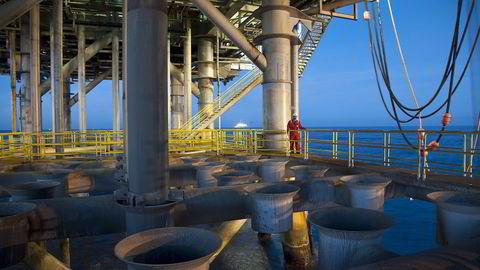 - Lavere kontantstrøm blant oljeselskapene kan imidlertid særlig påvirke leteaktiviteten og boreaktiviteten på felt i drift, skriver Norges Bank i en fersk rapport.