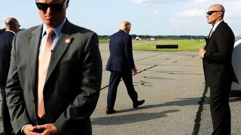 Secret Service-agenter fotfølger president Donald Trump overalt, og ser og hører det meste. Nå har minst én etterretningsagent varslet om mulige ulovlige løfter Trump skal ha gitt til blant annet Ukrainas president.