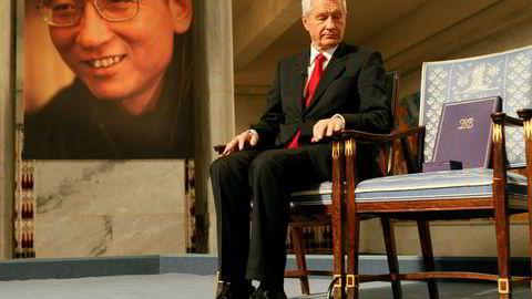 Daværende leder av Nobelkomiteen Thorbjørn Jagland deler ut prisen til Liu Xiaobo i 2010.
