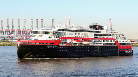 Hurtigrutens bruk av ekspedisjonsskipet Fridtjof Nansen, her avbildet i Hamburg, vekker harme blant flere norske politikere.