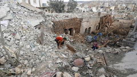 President Vladimir Putins bomberaid i Syria ble beskrevet som et sjakktrekk. Nå er Putin på defensiven. Her fra Darat Izza nær Aleppo hvor innbyggerne sier at byen har blitt bombet av russiske fly. Foto: Ammar Abdullah, Reuters/NTB Scanpix