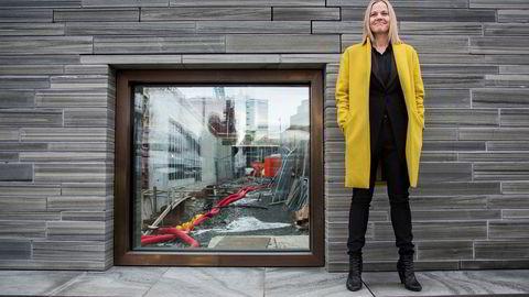 Karin Hindsbo står like ved vinduet hvor byggingen av det nye Nasjonalmuseet ved Rådhusplassen kan beskues.
