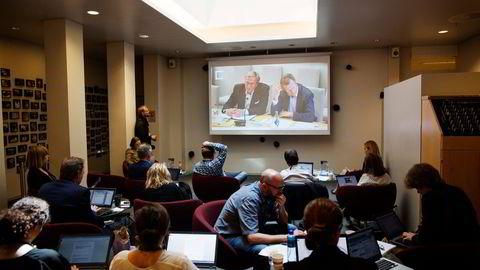 Stortingets åpne høring om Vimpelcom-saken kom skjevt ut fra start. Pressen følger høringen på en storskjerm fra gangen. Foto: