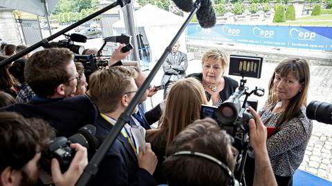 Erna Solberg mister sin mangeårige kommunikasjonssjef Trude Måseide (til høyre), som om kort tid utnevnes til kommunikasjonssjef i UD. Her fra et møte i Brussel for tre år siden.