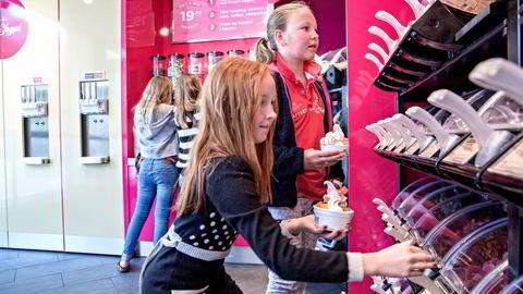 GODT NYTT. Kaja Agate Almskog (11) og Nadia Marie Nilsen (10) forsyner seg grovt med frozen yoghurt, en nysatsing fra 7-Eleven. Kioskbransjen generelt har et stort behov for fornyelse, mener BI-forsker Pål Silseth. Foto: Aleksander Nordahl