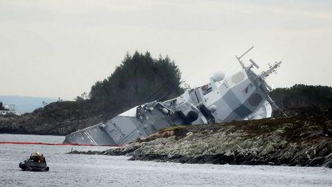 Fregatten KNM Helge Ingstad er nå nesten sunket etter kollisjonen med en tankbåt ved Stureterminalen i Øygarden.  En amerikansk offiser som var ombord da ulykken skjedde skal nå avhøres av norsk politi.
