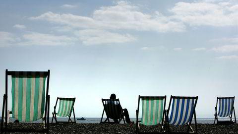 Pundet er en av valutane som kronen har styrket seg mest mot siden i sommer. Bildet viser en strand i Brighton, sør i England. Foto: Reuters/Luke MacGregor