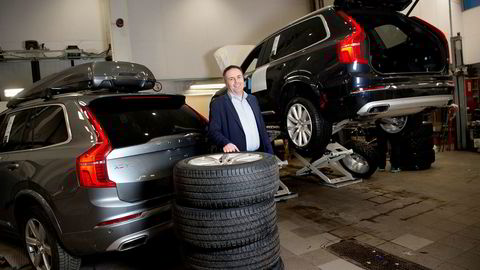 – Vi måtte leie ekstra parkeringsplass for å få plass til alle bilene som ventet på å bli levert til kundene, sier Jan Inge Simonsen, daglig leder hos Volvo-forhandleren Bilia på Fornebu.