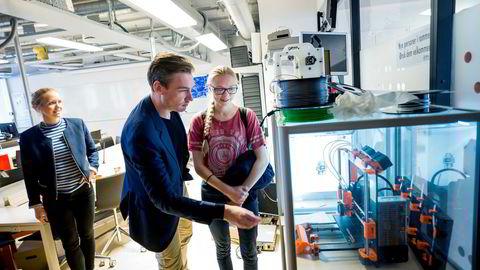 Konstituert kunnskapsminister Henrik Asheim (H) får omvisning på 3D-printerrommet av Lilly Arstad Helmersen (19), som tar en bachelor i informatikk. Til venstre står Cathrine Nørstad Engen (32), som gikk forskerlinjen i medisin og i dag jobber på patologisk avdeling ved Ahus.