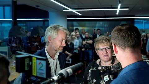 TV 2-sjef Olav T. Sandnes og kulturminister Trine Skei Grande signerte avtalen om kommersiell allmennkringkasting i Media City Bergen.