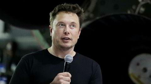 Elon Musk er her avbildet fra da han kunngjorde at den japanske milliardæren Yusaku Maezawa er den første privatpersonen som får en tur rundt månen med Musks romfartsselskap SpaceX.
