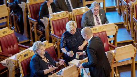 Senterparti-leder Trygve Slagsvold Vedum hadde med egenprodusert honning til statsminister Erna Solberg og finansminister Siv Jensen. Han var ikke så fornøyd med det han fikk tilbake. Foto: