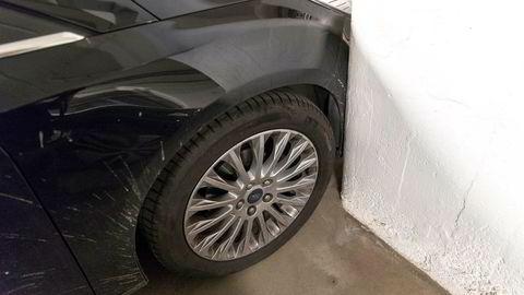 Få som påfører andres biler skader ved et uhell melder seg frivillig. Oslo 20170620.Trang bilparkering i garasje