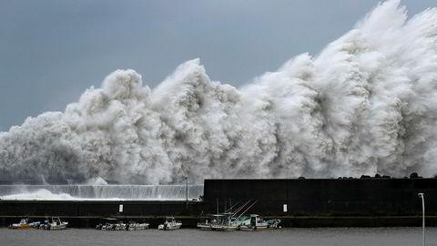 Tyfonen Jebi er på vei innover Japan.