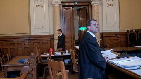 Tidal Music med sin advokat Fredrik Berg (bakerst) møtte Påtalemyndigheten ved statsadvokat Henrik Horn i Høyesterett i ankesaken om ransaking av elektronisk lagret informasjon.