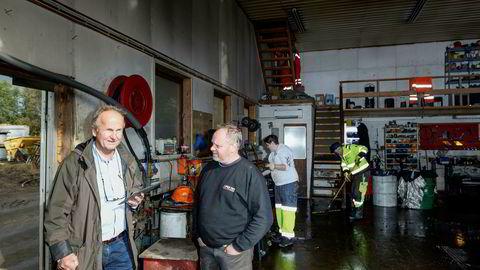 Takstmann Rolf Tag (til venstre) var tirsdag ettermiddag hos entreprenøren Per Try as i Søgne for å se på skadene etter flommen, og er overrasket over skadeomfanget på eiendom og utstyr. Her med daglig leder Per Try.