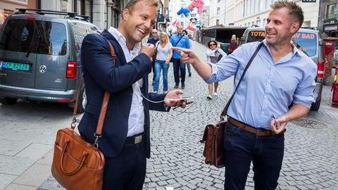 Mens folk strømmet til jobb i travle Øvre Slottsgate, møttes Sindre Beyer (til venstre) og Torgeir Micaelsen utenfor lokalene til Try, der de nå skal jobbe sammen i nyoppstartede Try Råd.